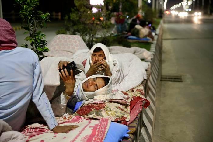 Người dân Nepal tránh động đất ngoài đường